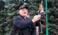 连日大规模示威要他下台 白俄总统卢卡申科持AK-47步枪现身